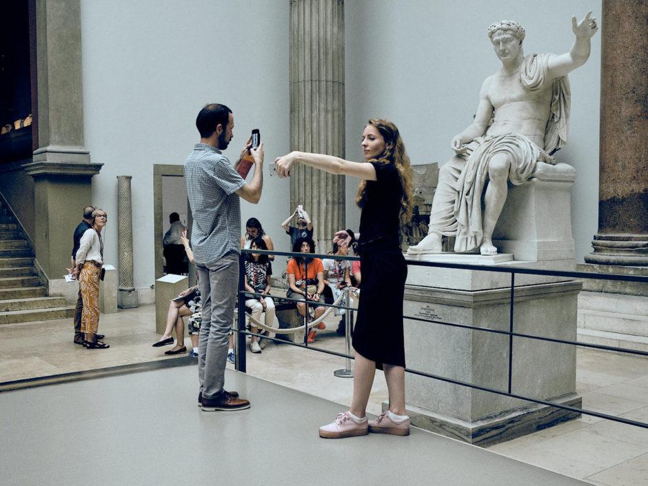 Kleurenfoto van een jongedame die een selfie maakt in het Pergamonmuseum
