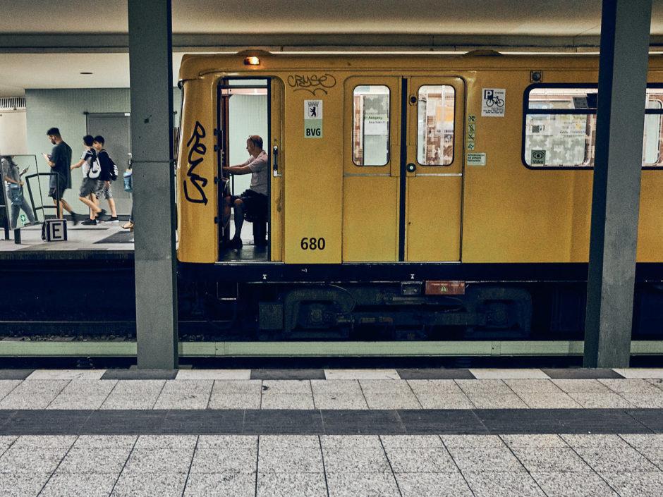 Kleurenfoto van een metromachinist met open deur