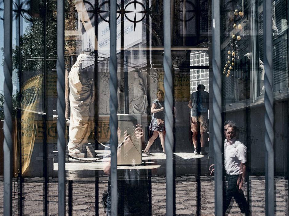 Kleurfoto van de Kaiser Wilhelm Gedächtniskirche door het raam