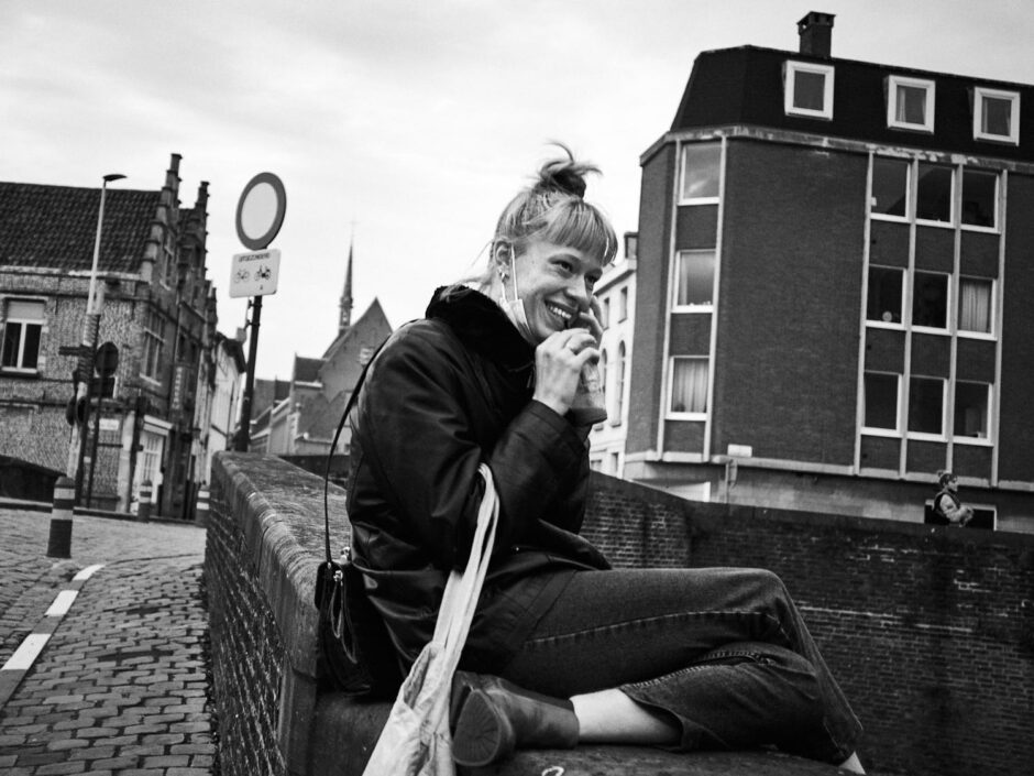 Black & white street photography of homo urbanus, more precisely of a young woman having a exhilarate telephone conversation