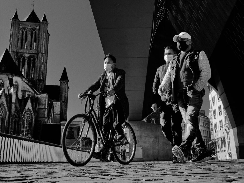Black & white street photography of homo urbanus, more precisely of three guys seen from a lower vantage point